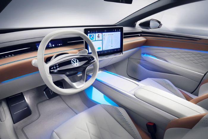 das erste elektropassat volkswagen id space vizzion, innenraum des autos mit weißen sitzen aus kunstleder und appleskin