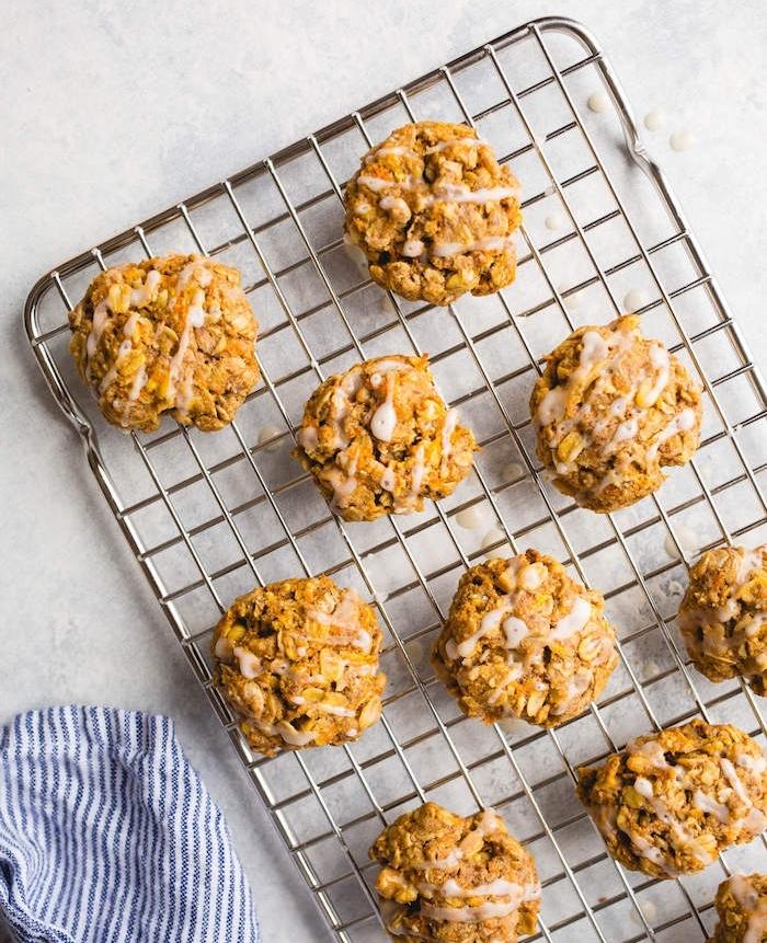 kekse backen, eifnaches und schnelles rezept, selsbtgemachte cookies mit haferflocken und karotten