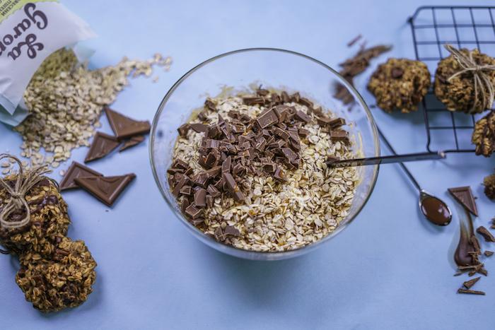 kekse backen, nachtisch ideen, gesunde rezepte, cookies mit schokolade und haferflcoken