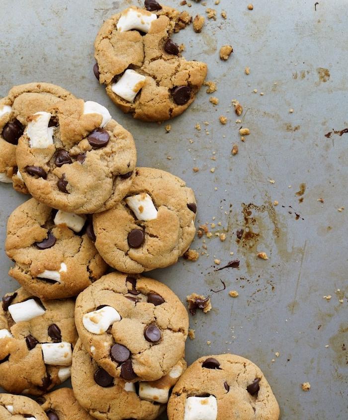 kekse backen rezepte, nachtisch ideen zum weihanchten, cookies mit schokoladensips und mini marshmallows