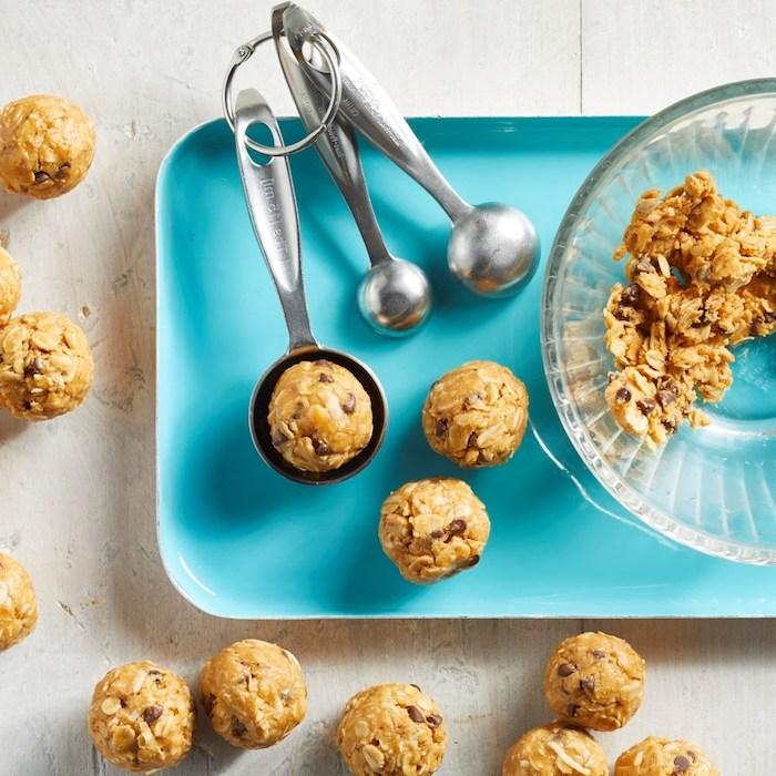 kekse rezept einfach ohne backen, gesunde bällchen mit haferflocken und erdnussbutter