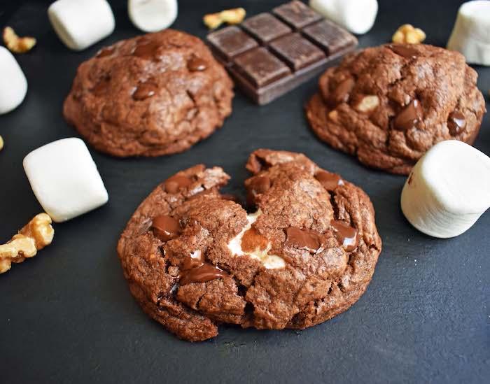 kekse rezept einfach, kakokekse mit schokolade und marshmallows, nachtisch zum weihanchten