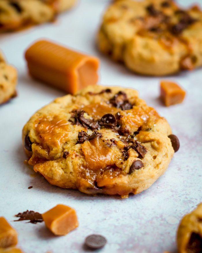 kekse rezepte einfach, karamellkekse zubereiten, cookies mit karamell und schokostückchen
