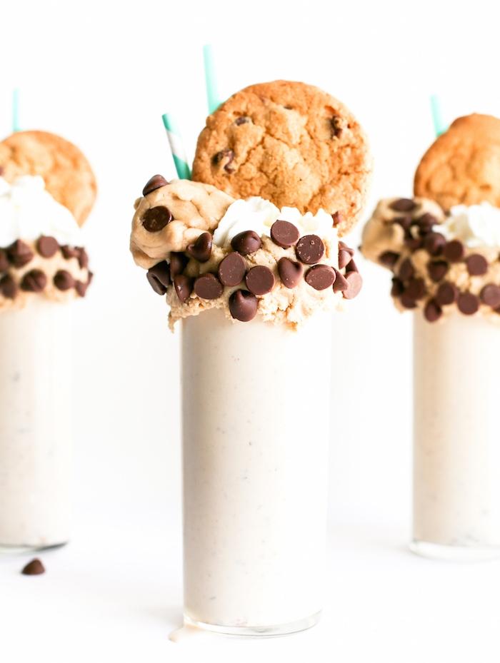 kekse rezept einfach und schnell, milch shakes mit eiscreme, schokochips und cookies