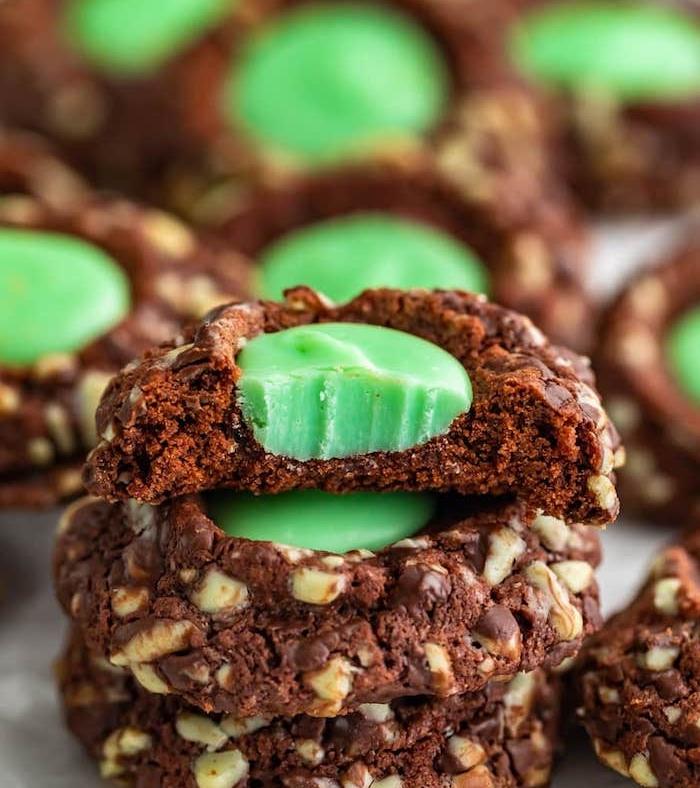 schokoaldenkekse mit pfefferminzbonbons, kekse rezept einfach, schokokekse mit nüssen
