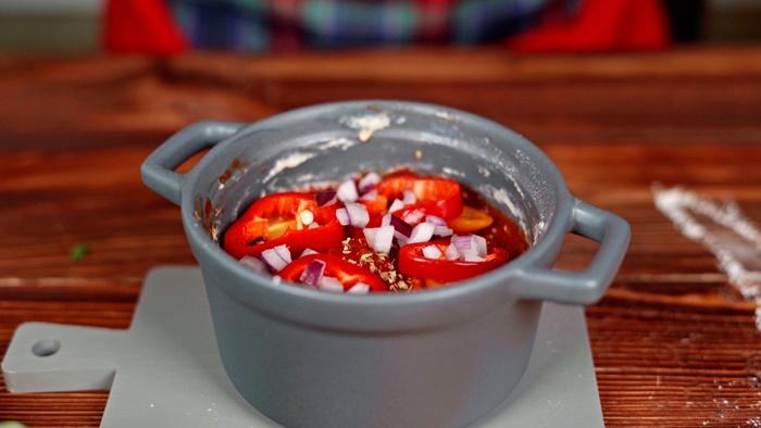 pizza selber machen pizzabelag aus tomatensoße paprika käse zwiebel und oliven