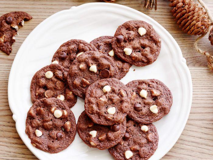 plätzchen rezept ausstechen, schokokeksen mit weién schokoaldenchips, kakaokekse