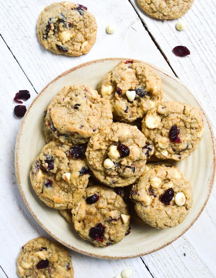 plätzchen rezept ausstechen, selbstgemachte kekse mit getrockneten früchten und weißen schokoaldenchips