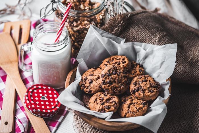 plätzchen rezept einfach, schokoaldenkekse mit schokoaldenchips, schokoladen cookies
