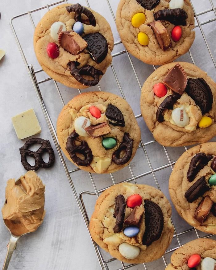 weihanachtsdessert ideen, kekse mit brezeln, bonbons und oreo, plätzchen rezept einfach