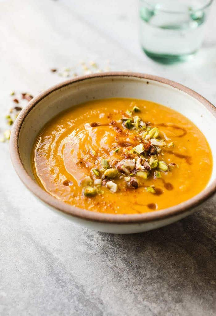 pürierte gemüsesuppe, rezepte unter 30 minuten, leckere suppe mit gemüse garniert mit nüssen