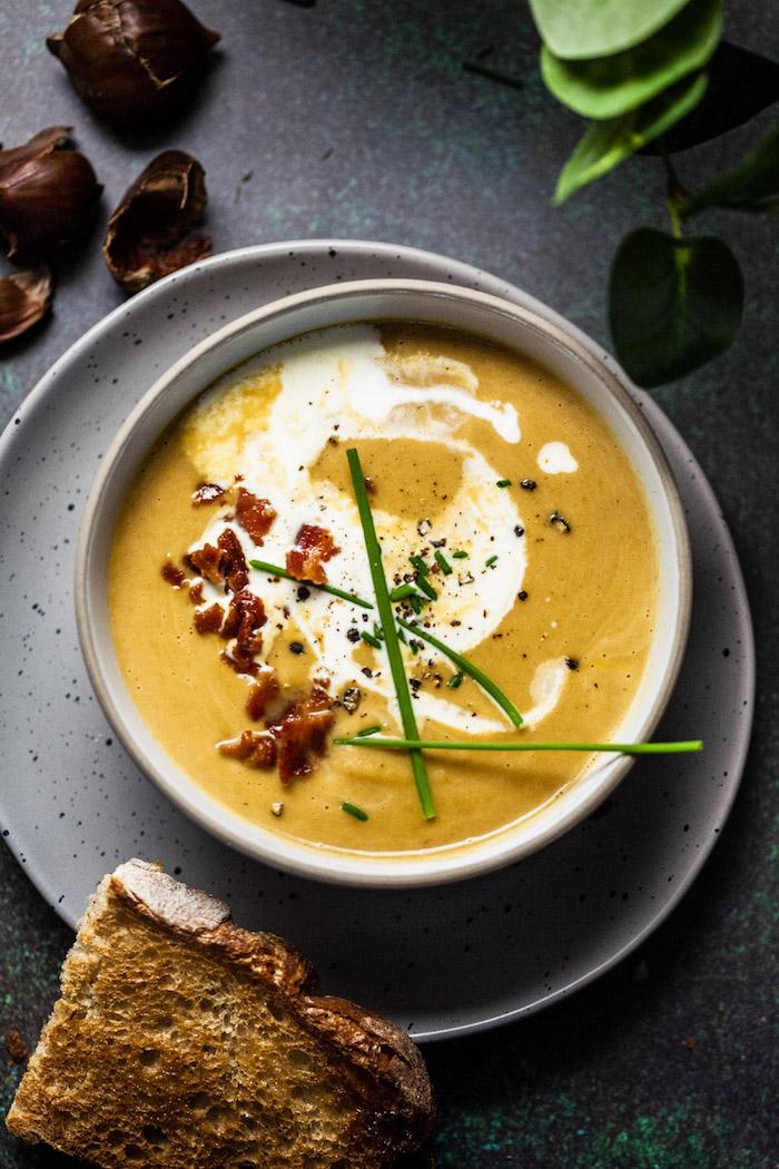 pürierte suppen zubereitung, cremesuppen ideen, gemüsesuppe garniert mit gebratenem bakon