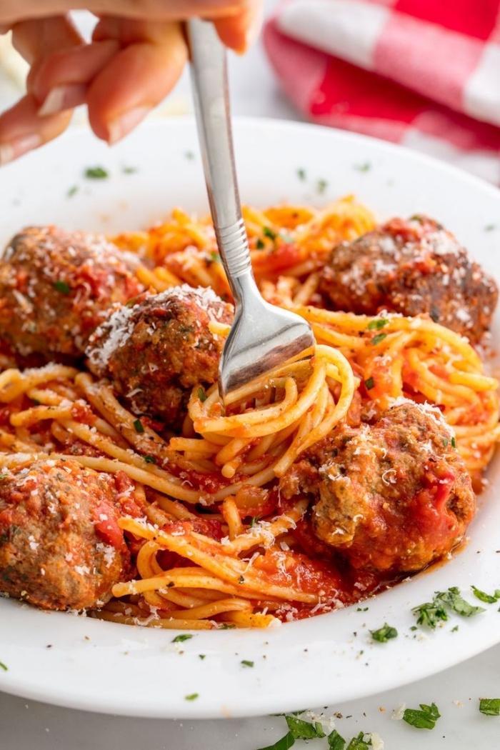 rezept des tages, pasta mit fleischkösschen, tomatensoße und kräutern, mittagessen ideen