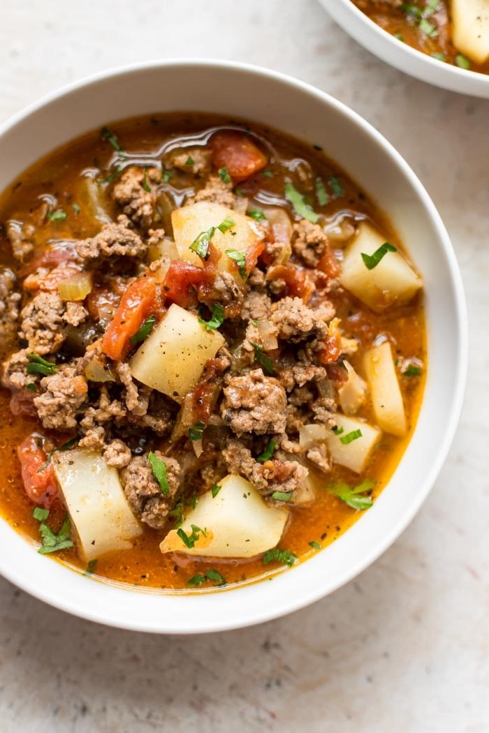 rezept des tages, suppe mit hackfleisch, kartoffeln, karotten und kräutern, mittagessen ideen
