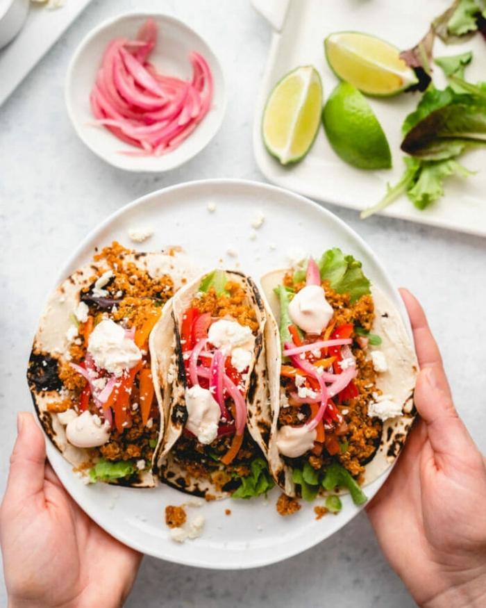 rezept des tages, tacos mit fleisch, tomaten, ziegenkäse, rotem paprika und oliven