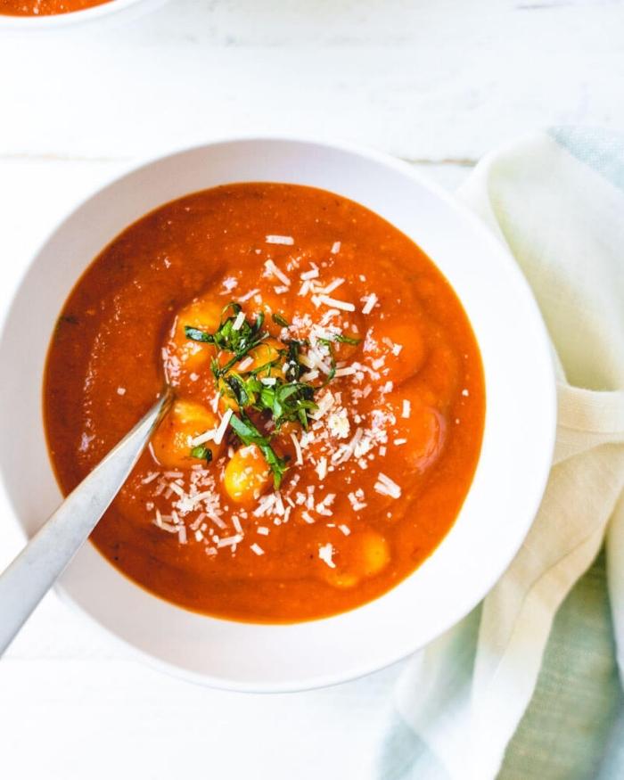 rezept des tages, tomatensuppe mit kartoffeln, vegetarisch kochen, mittagessen gesund
