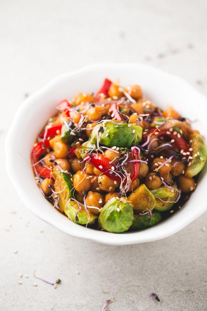 schnelle rezepte mittagessen, abendessen ideen, salat mit kichererbsen und gemüse garniert mit sesamsamen