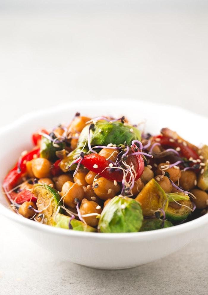 schnelle rezepte mittagessen, abednessen ideen, gesunder salat mit gemüse und kichererbsen