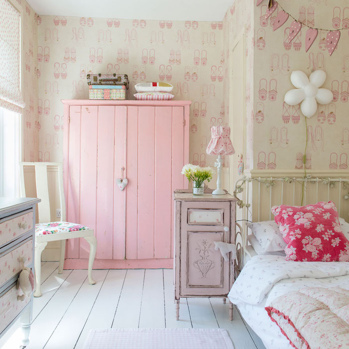 ein schlafzimmer mit beerentönen