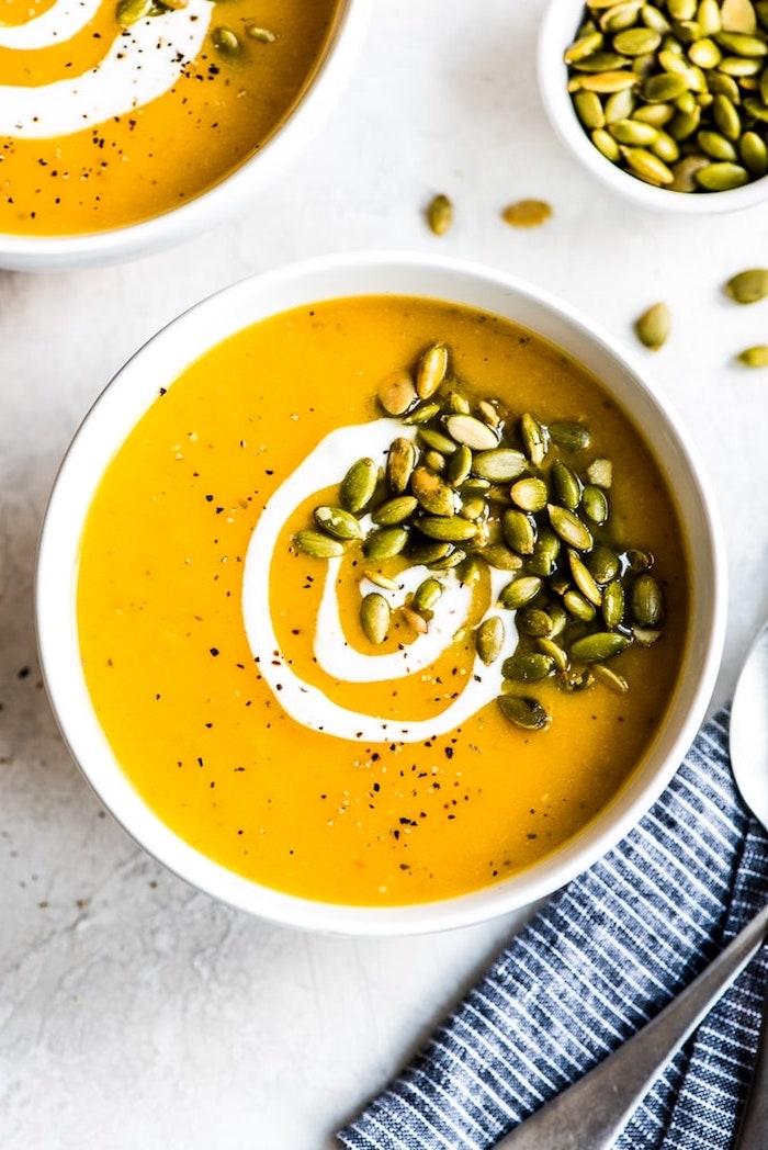 suppenrezept ideen, leckere kürbissuppe garniert mit kürbissamen und creme fraiche