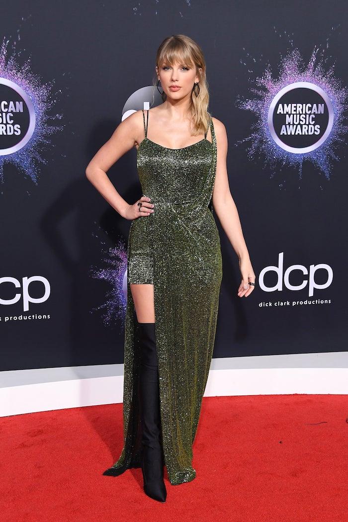 Die große Gewinnerin der American Music Awards Taylor Swift in Glitzerkleid