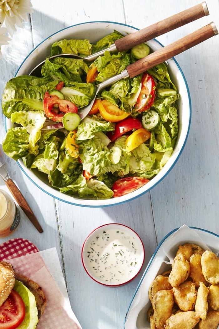 was essen ich heute abend, salat mittomaten und salatblättern, creme soße mit kräutern