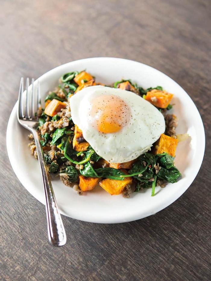 was esse ich heute, ei mit salat aus spinat und gemüse, low carb essen, mittagessen ideen