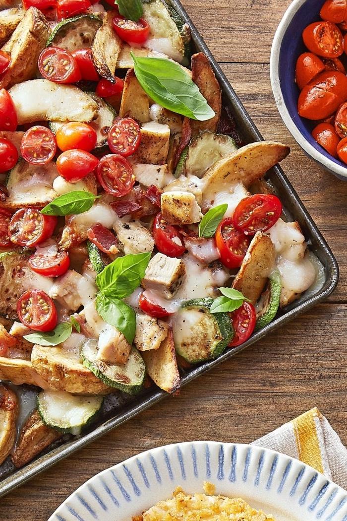 was esse ich heute, kartoffeln mit cherry tomaten, mozzarella, hühnerfleisch und basilikum