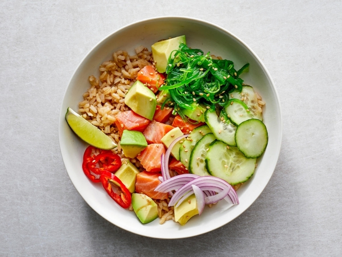 was esse ich heute, low carb rezepte, reis mit lachs und salat aus avocado gurken und paprika