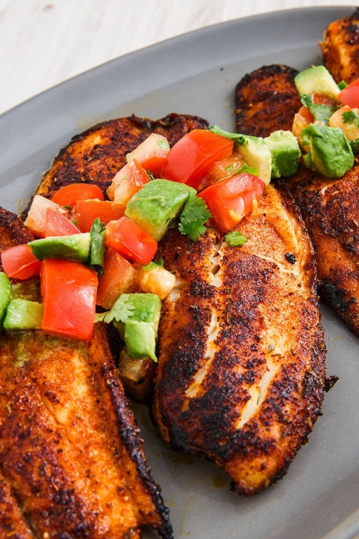 was essen wir heute, gebratene hühnerbrust mit tomaten avocado salza, low carb rezepte