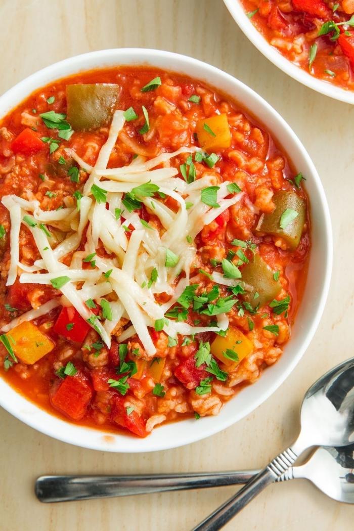 was kann ich heute kochen, suppe mit paprikasund kartoffeln garniert mit geriberen parmesan käse
