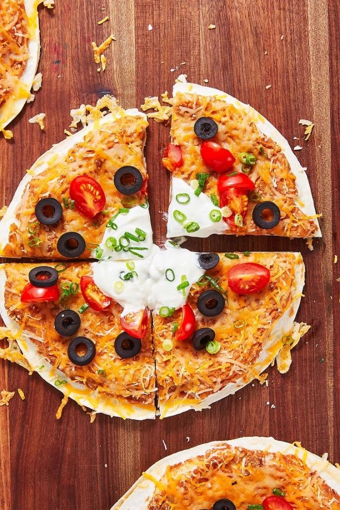 was koche ich heute abend, pizza mit cherry tomaten, oliven und käse, mittagessen rezepte