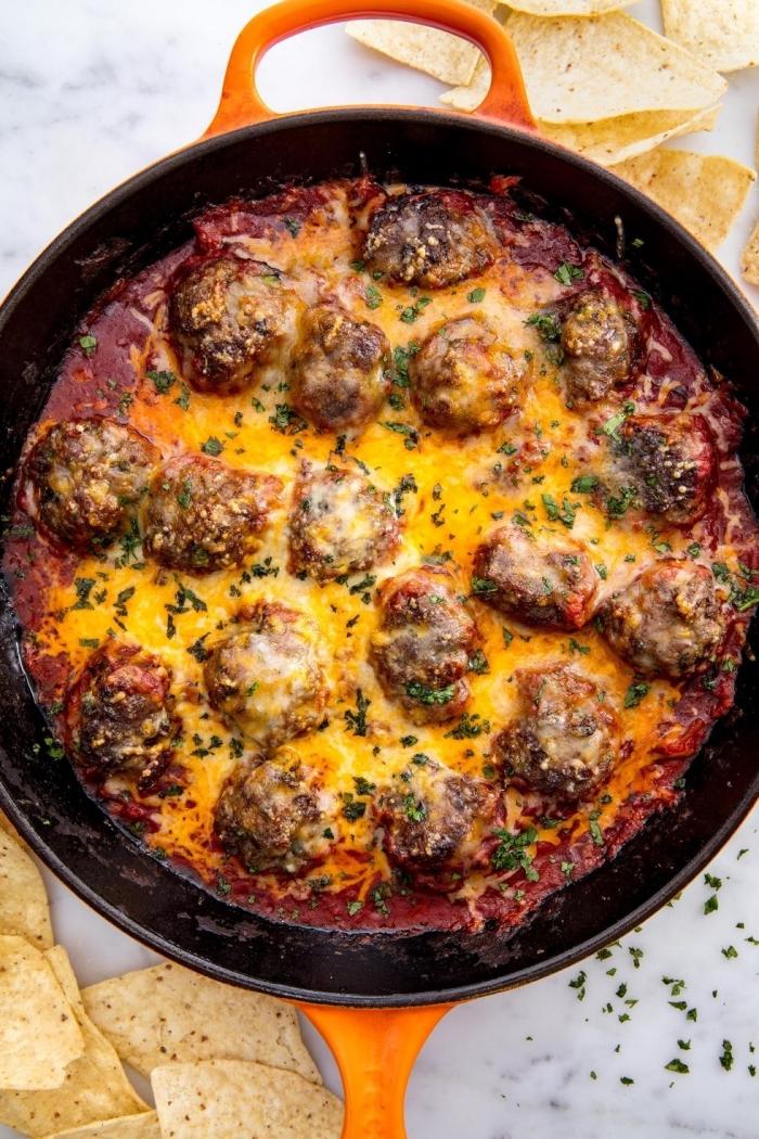was koche ich heute schnell, fleischklößchen mit tomatensoße, kräutern und käse