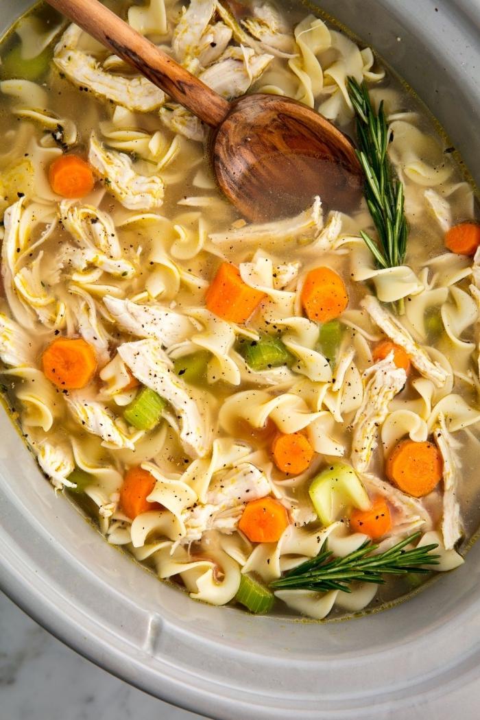 pasta mit karotten, hühnerfleisch und kräutern, was koche ich heute schnell, japanische suppe