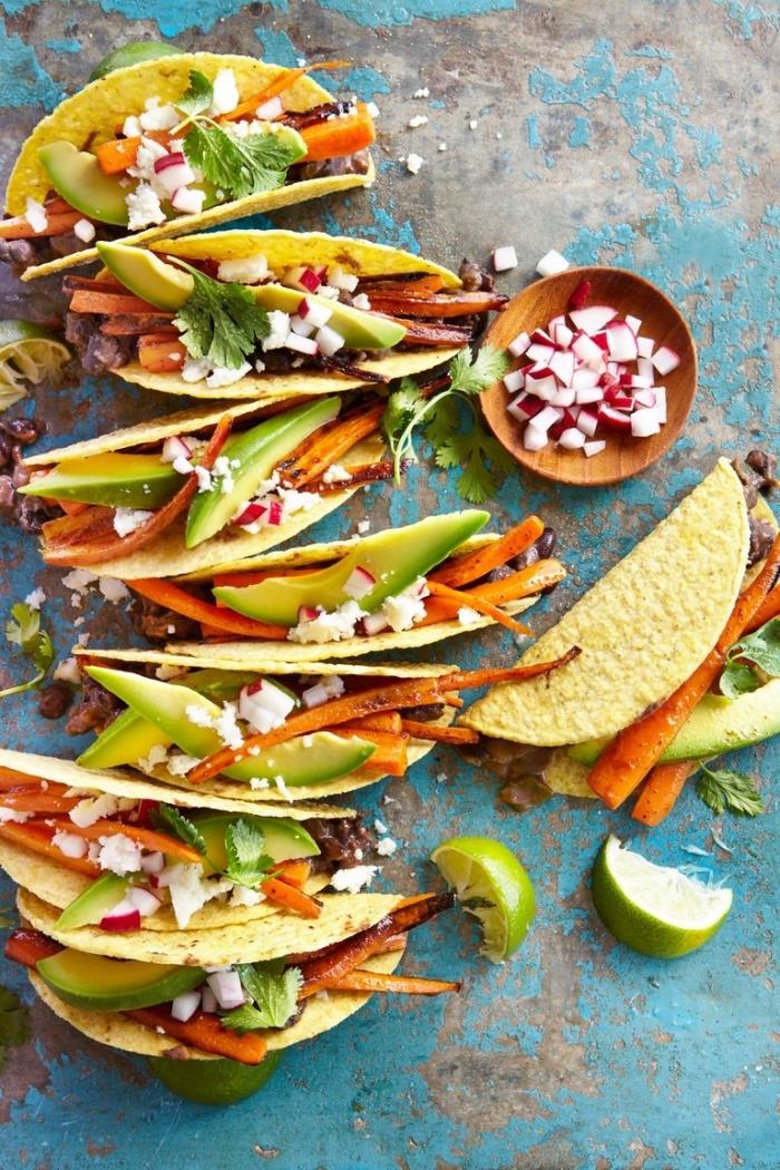 was koche ich morgen, gesunde tacos mit avocado, karotten, ziegenkäse und zwiebel