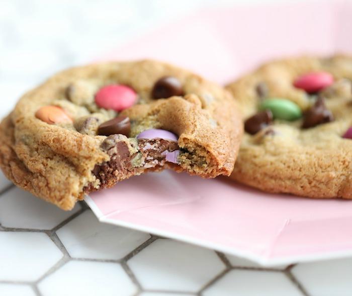 kindergeburtstag ideen, weihanchtsgebäck plätzchen selber machen, kekse rezept mit bonbons