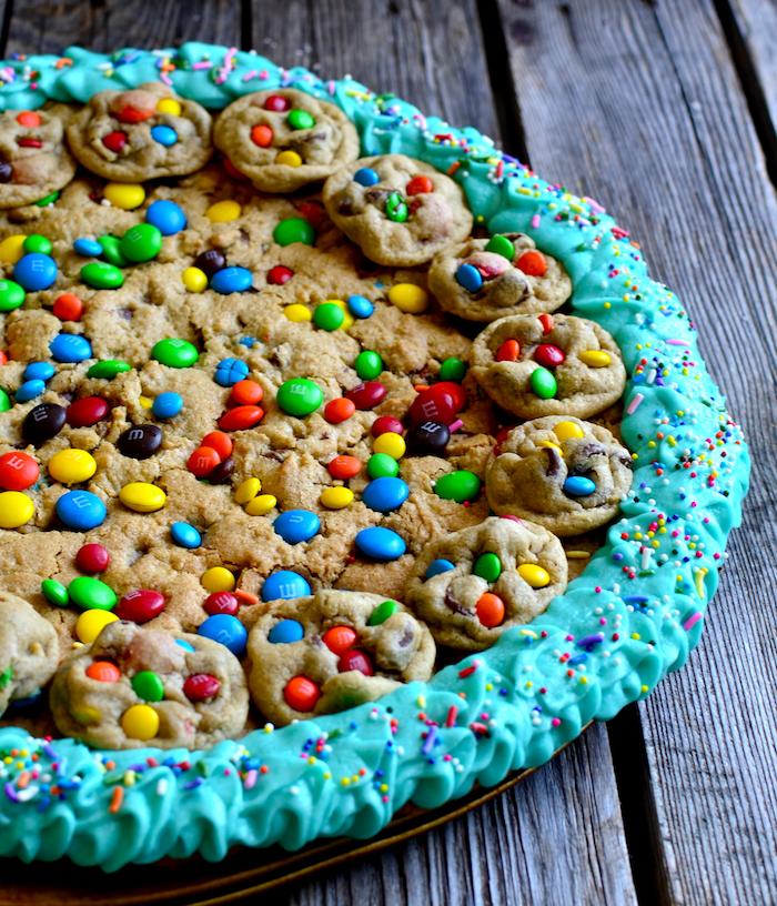 weihanxhtsgebäck plätzchen torte selber machen, keksenteig kuchen mit m und m bonbons