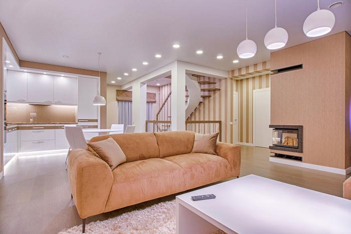 wohnzimmer gestalten, wohnzimmereinrichtung in weiß und beige, led spots, weiße pndelleuchten