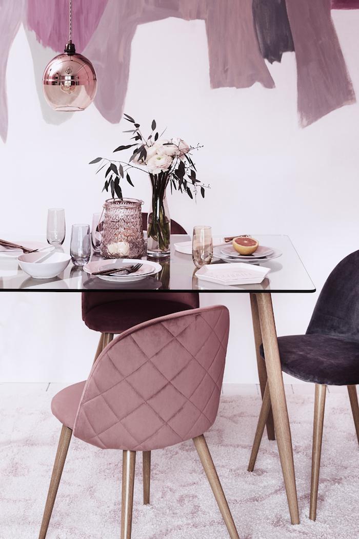 ein wohnzimmer mit violetten stühlen