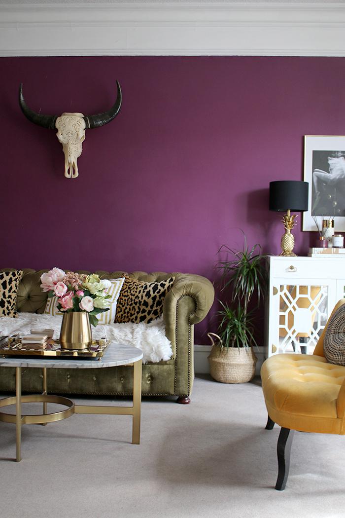 violette wand im wohnzimmer