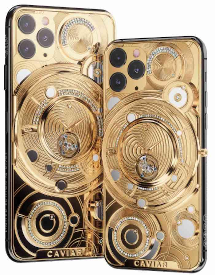 zwei goldenen luxos smartphones, ein iphone 11 pro mit einer uhr aus gold und vielen kleinen diamanten