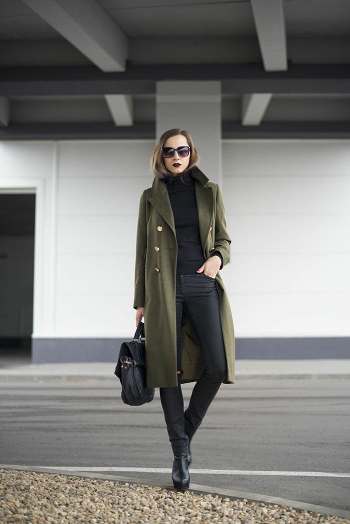 Elegante Dame mit grünem Mantel, schwarze Hosen, Handtasche aus Leder, Stiefeln mit Absatz, kleiderordnung casual