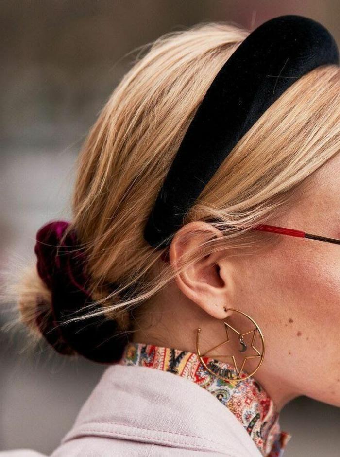 Nahaufnahme von Accessoires, schwarzes Haarreif und Scrunchy im burgunderrot, frisuren für kurze haare, runde Ohrringe mit Stern, buntes Hemd, blonde Frau mit niedrigem Haarknoten, Kurzhaarfrisuren Damen
