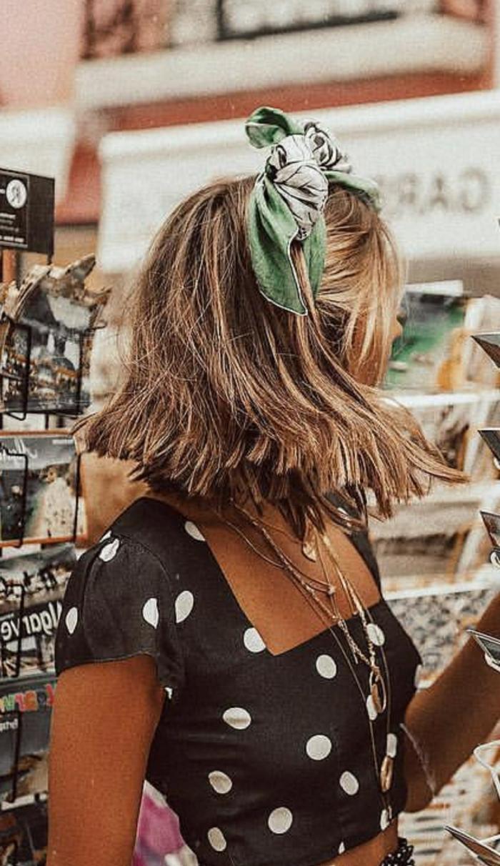blonde frau mit grünem schal im Haar, coole kurzhaarfrisuren damen, polka dot top in schwarz und weiß, viele Halksketten