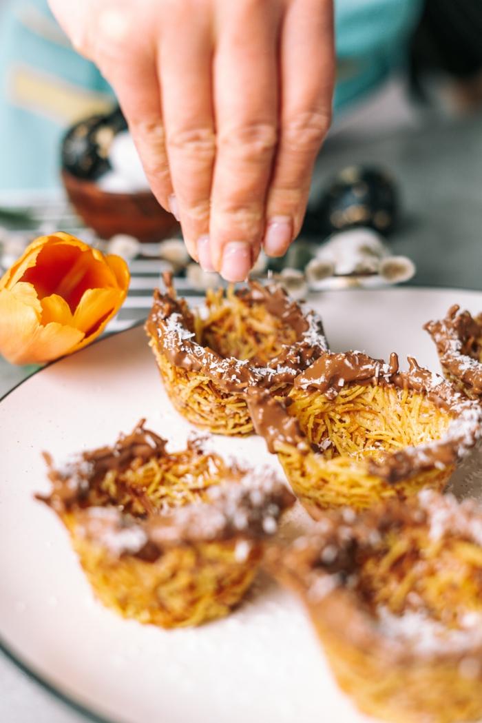 kochen mit kindern zum osterfest, osternester selber machen, nester aus pasta mit kokos garnieren