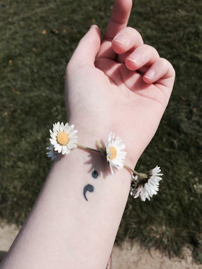 Semicolon Tattoo am Arm und Armband aus Gänseblümchen, tattoo psychische störung, Frühling
