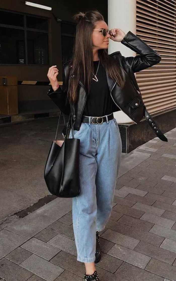 Stylishe Frau in weite Jeans, kurze Jacke und schwarzer Tasche, casual dress code