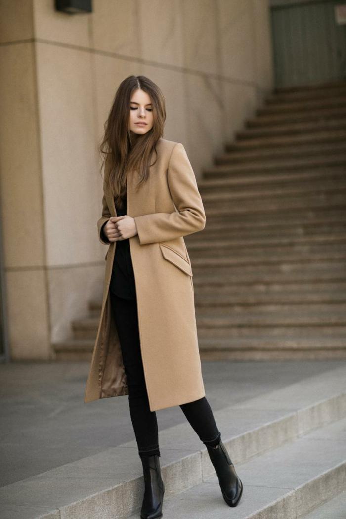 dresscode sportlich elegant, Elegante Dame mit naturfarbenem Mantel und schwarzen Boots, kleiderordnung casual