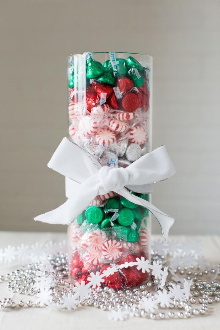 außergewöhnliche weihnachtsdeko selber machen, glasvase gefüllt mit bonbons und dekoriert mit weißer schleife