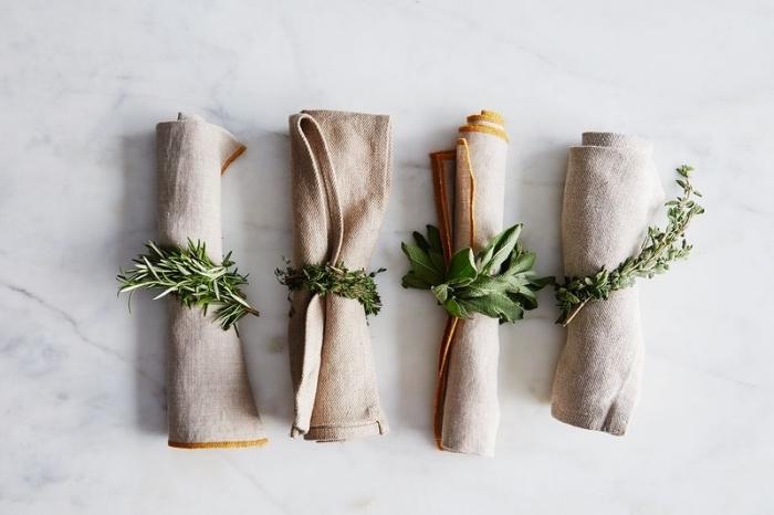 außergewöhnliche weihanchtsdeko selber machen, leinenservietten falten, serviettenringe aus grünen zweigen